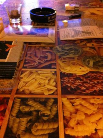Cafe Tripoli : gradevole il decoro dei tavoli