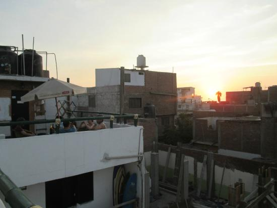 My Friend Surf Hostal : sunset on the rooftop