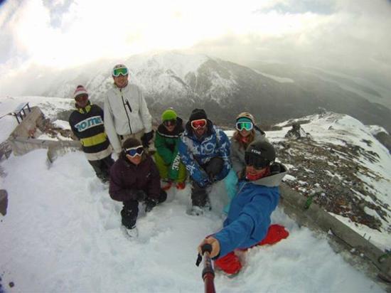 Bungalows Solar de las Araucarias: Amigos disfrutando del invierno, Cerro Catedral a 15minutos del complejo