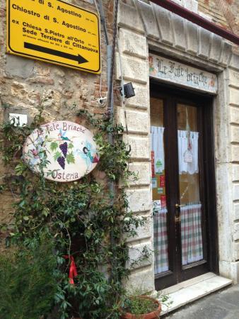 Osteria Le Fate Briache : L'ingresso del piccolo ristorante