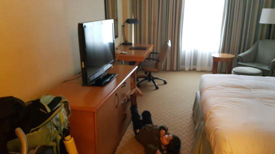 Hilton Hartford: Desk and TV