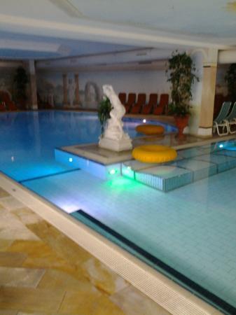 Hotel Alpenhof: zwembad van het hotel met buiten een whirlpool