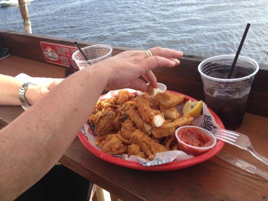Cape Coral Yacht Club : Seafood in the Boat House Tiki Bar & Grill