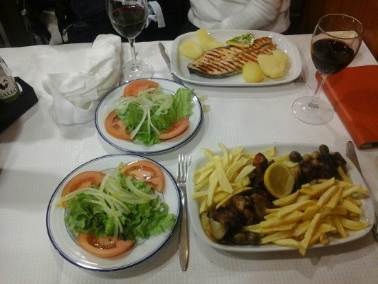 Moises: salmon, pincho y ensalada