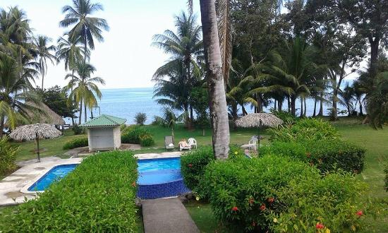 Hooked On Panama Fishing Lodge: The pool in front of the beach and our cabaña