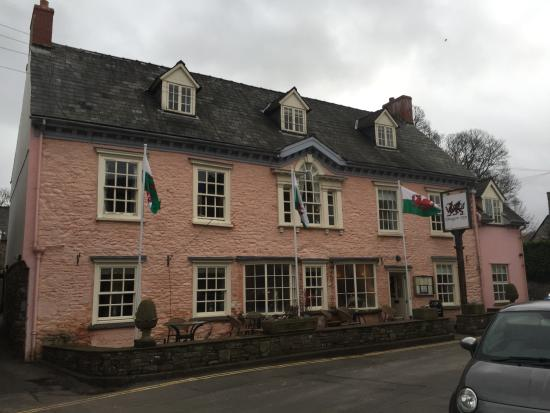 Dragon Inn Crickhowell: Hotel front facing Crickhowell High Street