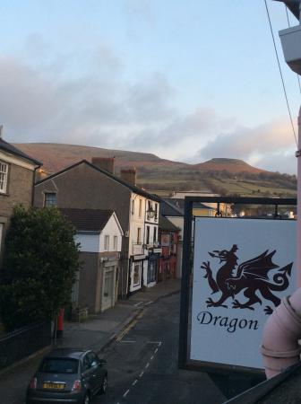 Dragon Inn Crickhowell: Wonderful mountains behind the hotel