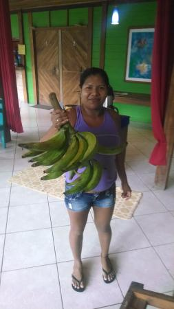 Lizard King Hotel Resort : Staff bring in fresh fruit