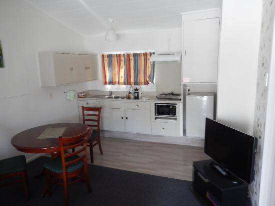 Tower Road Motel : Main room kitchenette