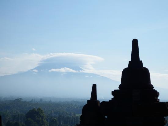 Borobudur, Indonesia: Stupa y al fondo el volcán que hizo erupción.