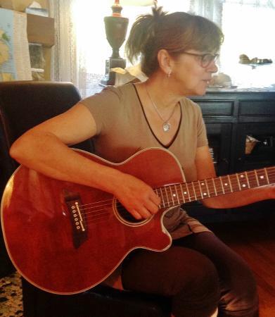 Le Martin Pecheur : Hélèn à lal guitare