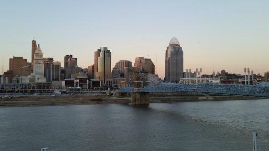 Embassy Suites by Hilton Cincinnati - RiverCenter (Covington, KY): Downtown Cincinnati and the Blue Suspension Bridge