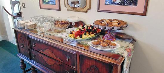 Plantation Bed & Breakfast: Buffet Daily Breakfast