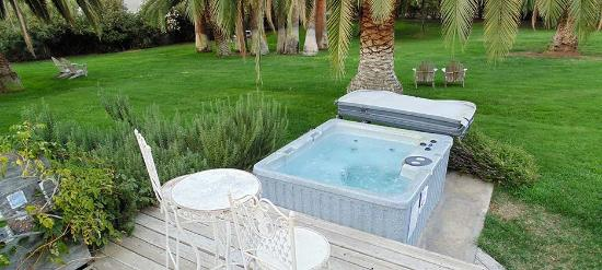 Plantation Bed & Breakfast: Hot Tub Great after a trip to the trees