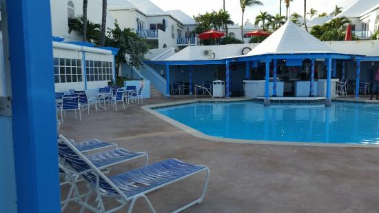 Paradise Island Beach Club: pool and restaurant area