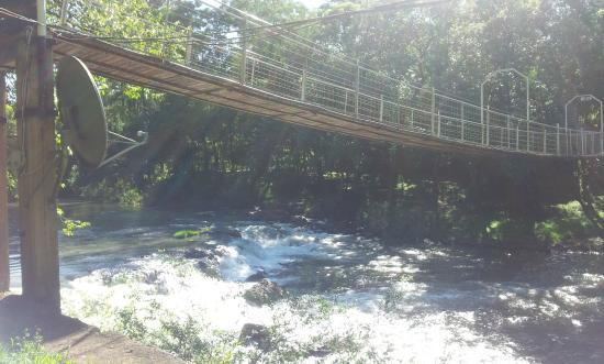 Paraiso Lodge: Puente peatonal colgante