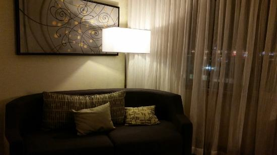 Courtyard by Marriott Montreal Airport : Seating area