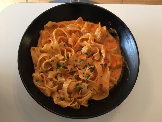Pastorante: Fettucini with roasted red pepper cream sauce