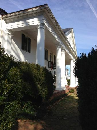 Inn at Meander Plantation through the boxwood