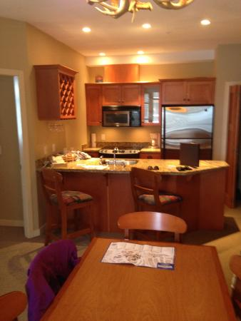 Sundance Resort at Big White Ski Resort : Kitchen and Table