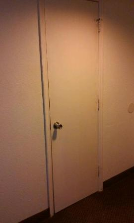 Motel 6 Jacksonville: Creepy looiking door for the restroom