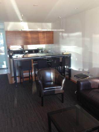 Auto Lodge Motor Inn: kitchen/lounge