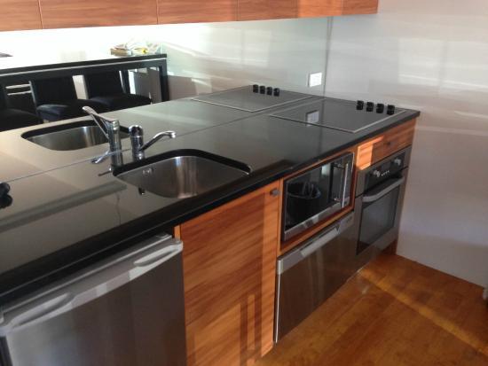 Auto Lodge Motor Inn: kitchen