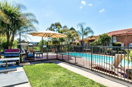 Hume Country Motor Inn : Pool & BBQ areas