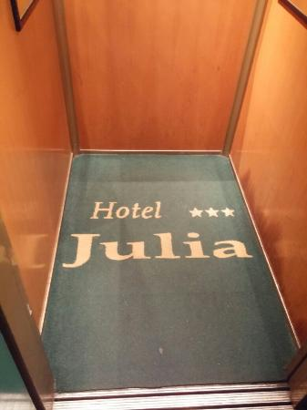 Hotel Julia: Коврик в лифте