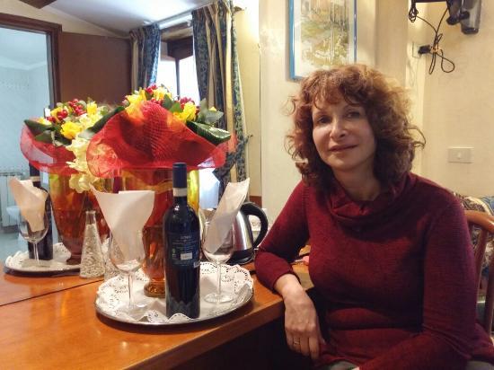 Hotel Julia: Замечательный персонал .помогли поздравить жену с днём рождения