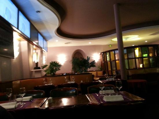 Tables côté cage escalier - Picture of Restaurant Tea Room Hug ...