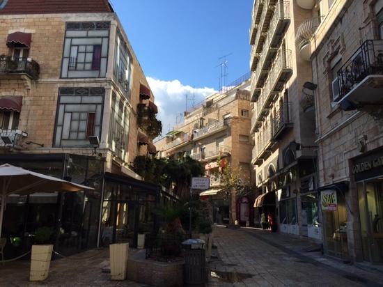 Arthur Hotel Jerusalem - an Atlas Boutique Hotel : улочка на которой отель (справа)