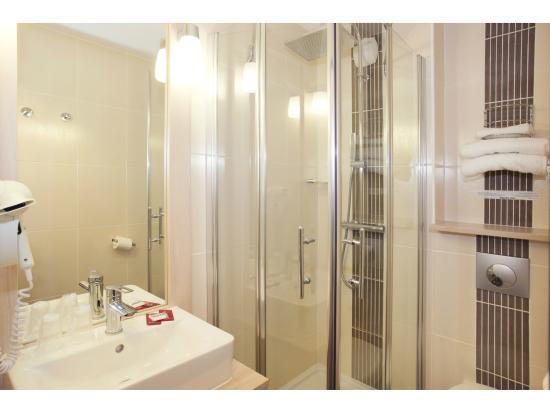 Brit Hotel Essentiel Granville : Chambre moderne et équipée