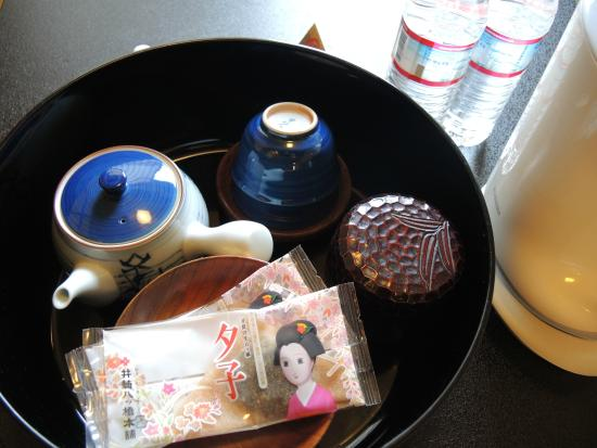 Nishiyama Ryokan : tea set in the room