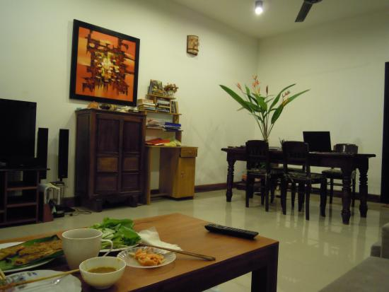 Jackfruit Homestay: Dinner in the living room. So delicious!