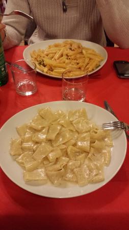 Сан-Джованни-Вальдарно, Италия: Primi del giorno a pranzo! Noci e gorgonzola favoso! Anche salmone e zucchine molto buono!