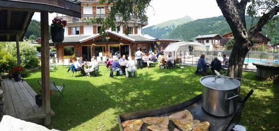 Chalet Hotel Fleur des Neiges : plancha espadon. ..jardin