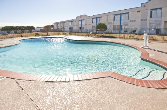 Econo Lodge: OUT DOOR POOL