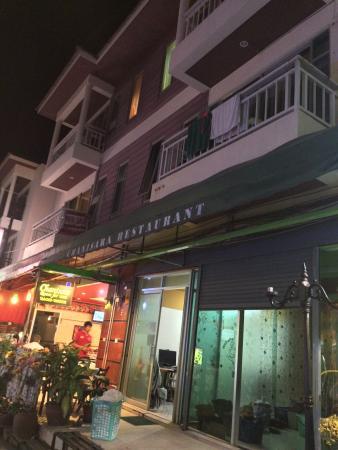 Chanisara Guesthouse: Вид с улицы