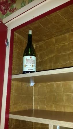 Neuilly Park: Bouteille de vin entamée dans le placard