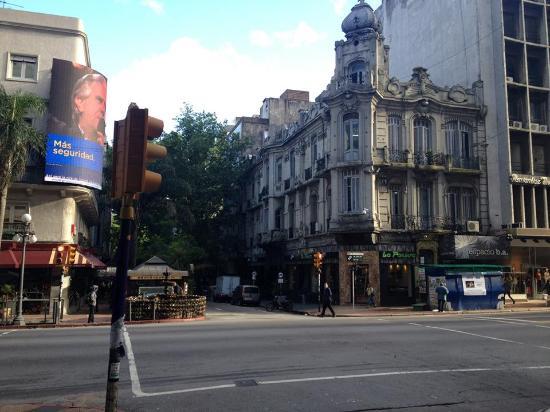 Alvear: Esquina da rua do hotel com a avenida 18 Julio