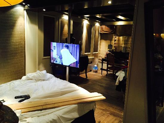 Hotel Le Saint Roch: watchig TV at Saint Roch can be more than what you wish for