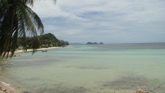 Beyond The Blue Horizon Villa Resort: Blick auf den Strand vom Poolbereich aus