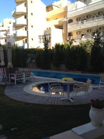 Leonidas Hotel & Apts : Liten mysig innergård