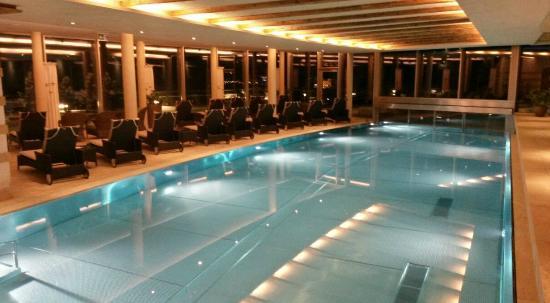 Hotel Berghof: hallenbad mit blick auf aussenwhirlpool