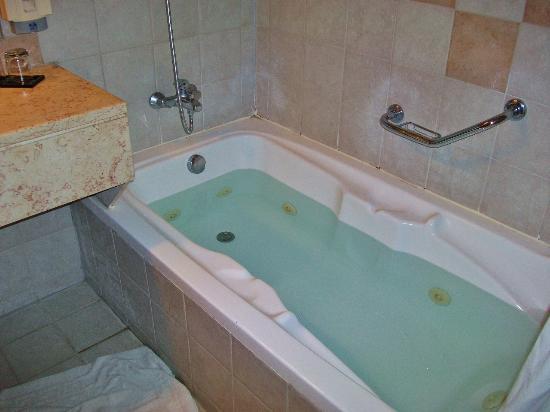 Rimonim Hotel Nazareth: Есть и  джакузи / There is also a jacuzzi