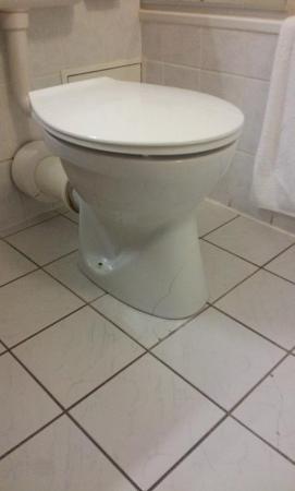 Sonnenhotel Hohen Hahn: Riss im WC und Fliesen kaputt