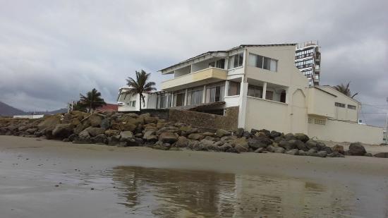 La Piedra Hotel: Vista parcial del Hotel, desde el mar.
