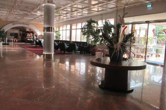 spacious lobby picture of grand hotel la strada kassel tripadvisor. Black Bedroom Furniture Sets. Home Design Ideas