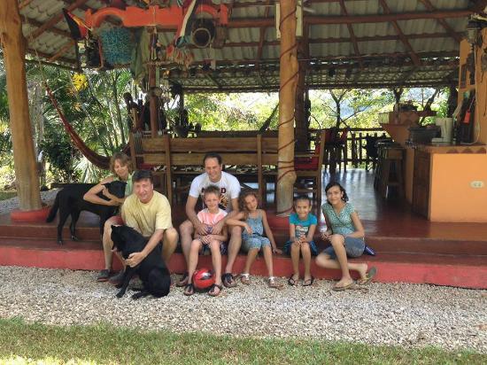 Fidelito Ranch & Lodge: Leon, Brigitte en honden.Mijn man en onze 2 kids, en kinderen van poetsvrouw, die  super aardig